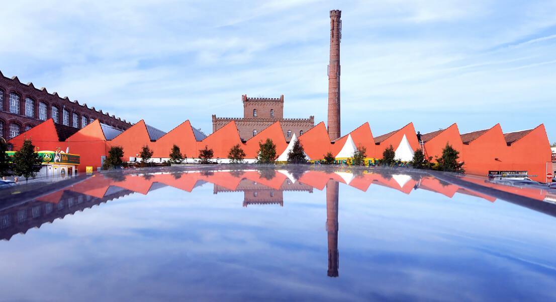 """Le centre commercial de """"L'usine"""" reflété sur un toit de voiture"""